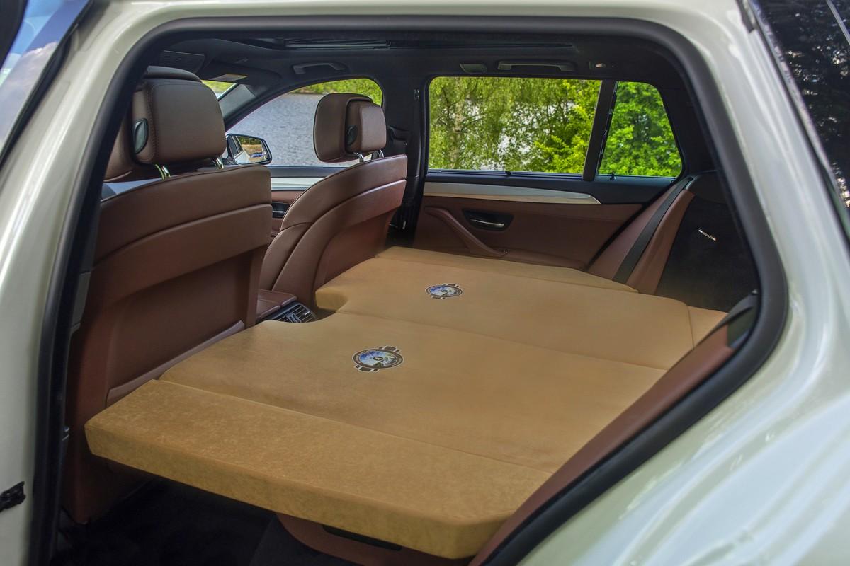 schlafen im auto schlafset zur bequemen bernachtung im. Black Bedroom Furniture Sets. Home Design Ideas